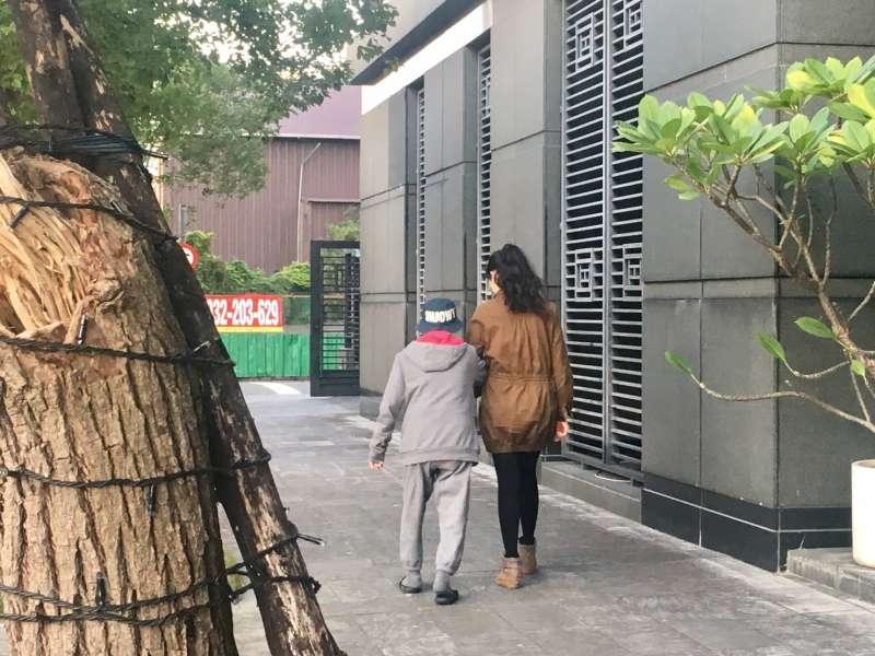 目前簡碧燕的生活重心,就是全心陪伴最愛她的癌末奶奶走完人生最後一段日子。(圖/鐘敏瑜攝)