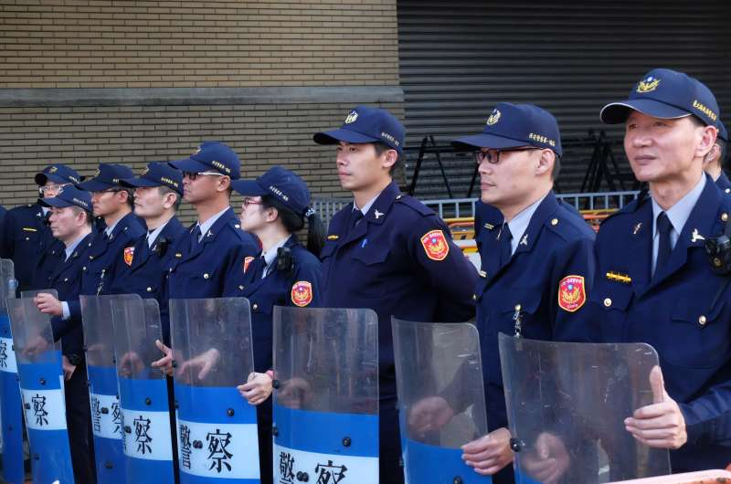 20171223-勞基法大遊行中的警察(謝孟穎攝)