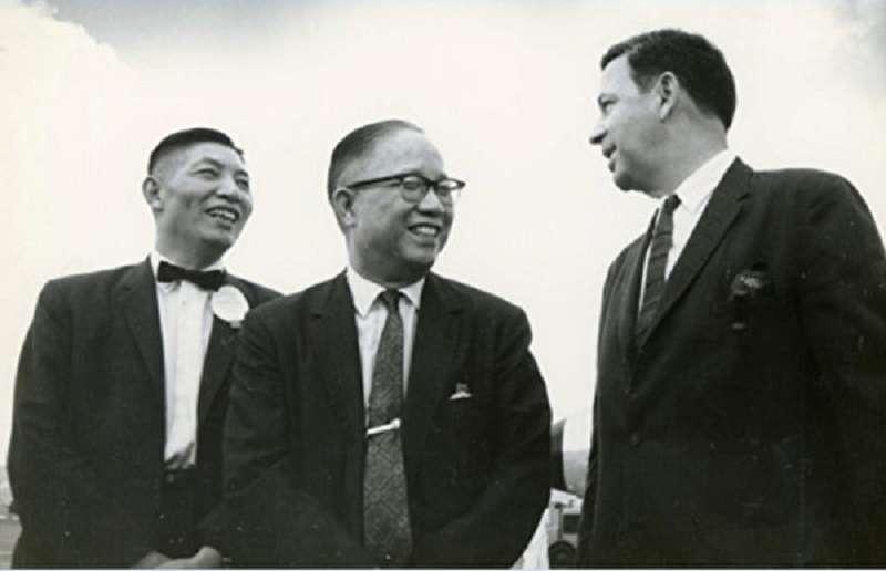 李國鼎和尹仲容是台灣經濟兩大推手。圖為1959年美援會秘書長李國鼎(左)與副主任委員尹仲容(中)、美援公署署長白慎士(Parsons,右)。
