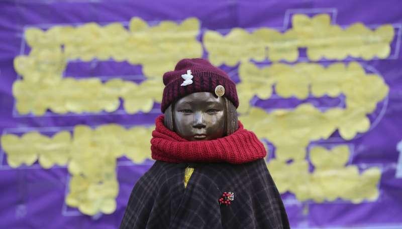 南韓首爾日本大使館外的慰安婦少女雕像(AP)