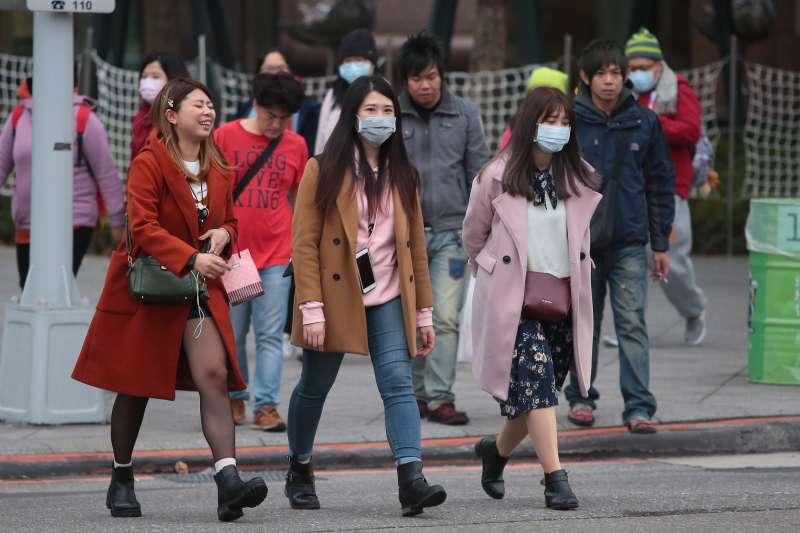 20171231-環保署31日預估境外空汙從今早開始影響台灣,西半部空氣品質將達紅色等級,但民眾仍戴著口罩至台北市政府參加跨年晚會。(顏麟宇攝)