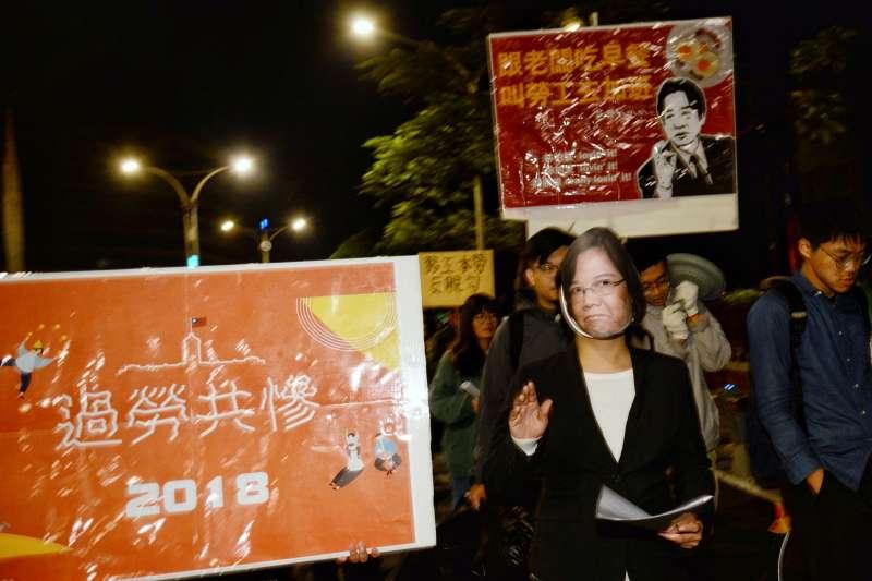 20180101-「過勞共慘」升旗儀式,勞團由民進黨中央黨部遊行至凱道。(甘岱民攝)