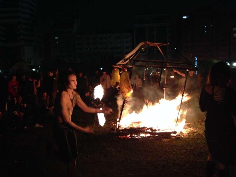2018-01-02-野青眾舉辦「百野繞境」藝術跨年遊行,31日晚間抵達華山大草原,燃燒轎子後,火舞舞者接著上場。(吳尚軒攝)