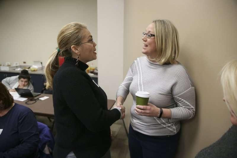 去年12月9日,「愛蜜莉名單」主席希里歐克(右)與有意參選德州州議員的錢柏斯(Brandy K. Chambers)聊天(AP)