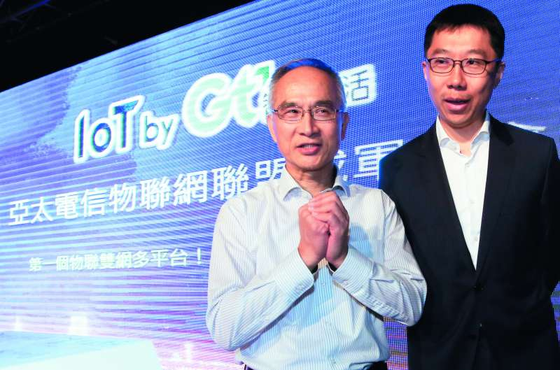 鴻海副總裁兼亞太電信董事長呂芳銘(左),以個人名義買下市占15%的台灣寬頻TBC。(新新聞資料照)
