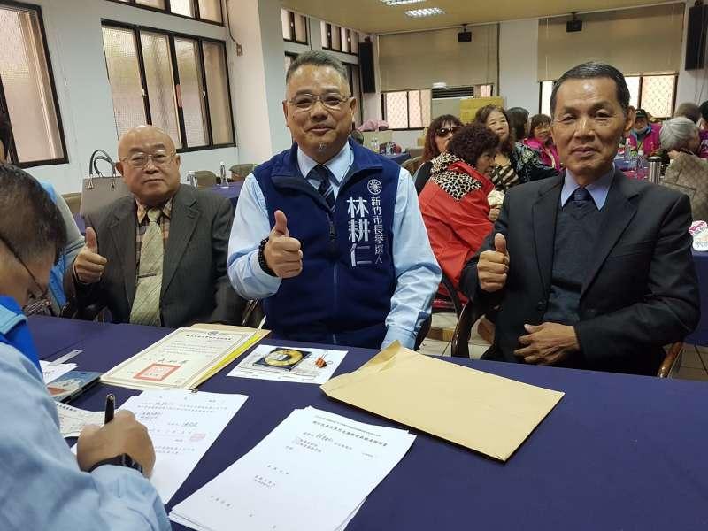 新竹市議會黨團書記長林耕仁在前議長鄭成光(右)及前副市長李宏生(左)陪同下,完成登記領表手續。(圖/方詠騰攝)