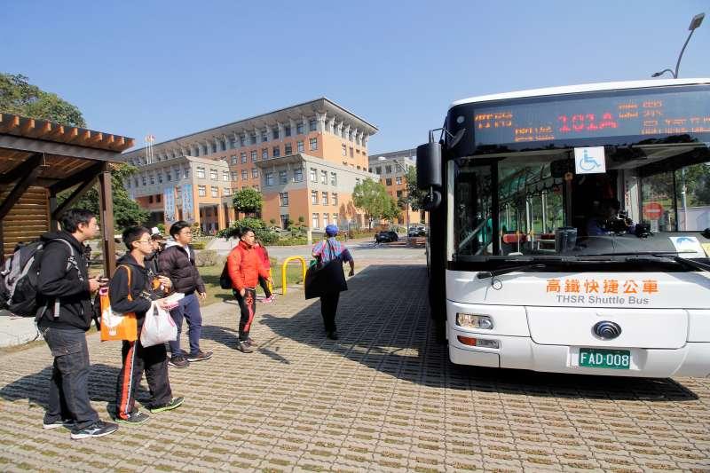 由金牌客運服務的高鐵接駁專車,每日10班駛入校園服務同學。(圖/育達科大提供)