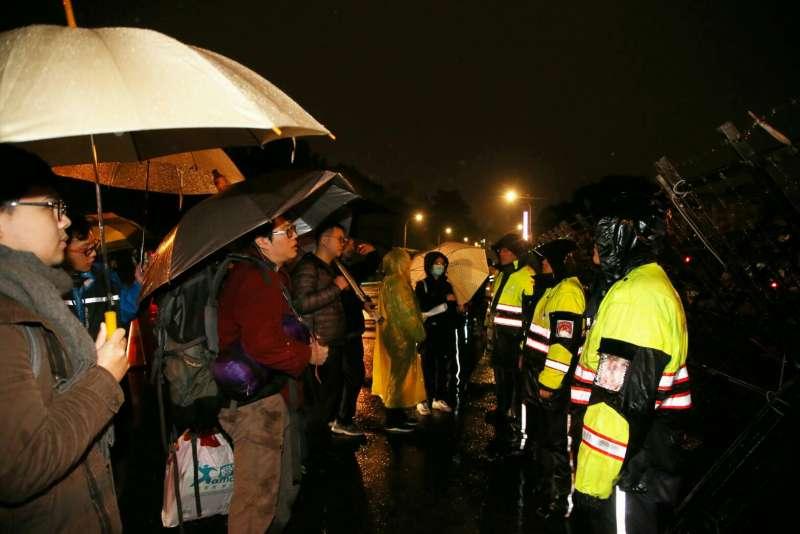 2018-01-07-時代力量立委於凱道風雨中絕食靜坐第3天,晚間有民眾帶著禦寒衣物、物資於拒馬蛇籠外,高喊讓醫護人員進入禁制區。(陳明仁攝)