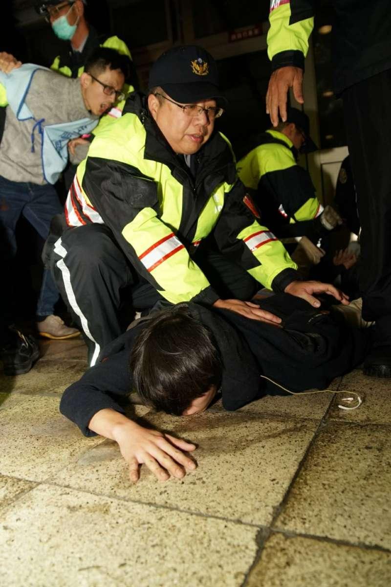 勞團不滿勞基法修法,在台北車站臥軌抗義,與警方發生衝突。(攝影盧逸峰)