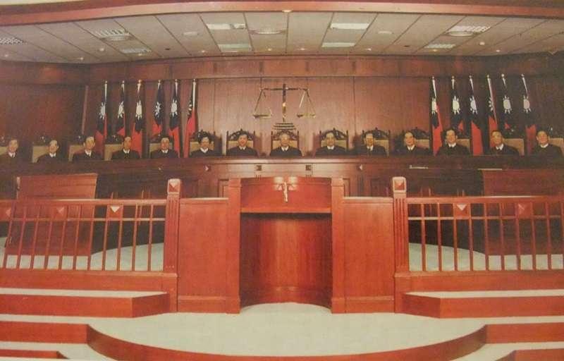 憲法法庭舉行言詞辯論, 由翁岳生大法官任審判長。(取自吳庚臉書粉絲頁)