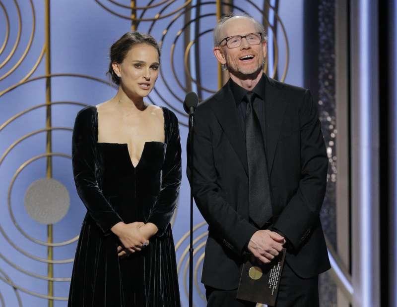 奧斯卡影后娜塔莉波曼(左)與奧斯卡最佳導演朗霍華7日一同頒發金球獎「最佳導演獎」(美聯社)