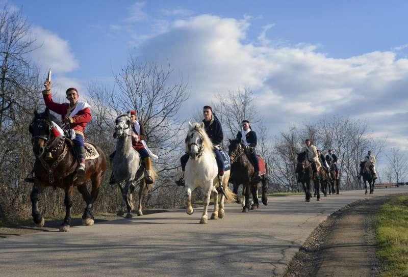 耶誕節前夕,塞族共和國到處都有人騎馬遊行。(美聯社)