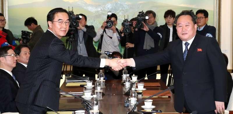 南韓統一部長趙明均(左)和北韓祖國和平統一委員會委員長李善權,9日在板門店的和平之家握手。(美聯社)