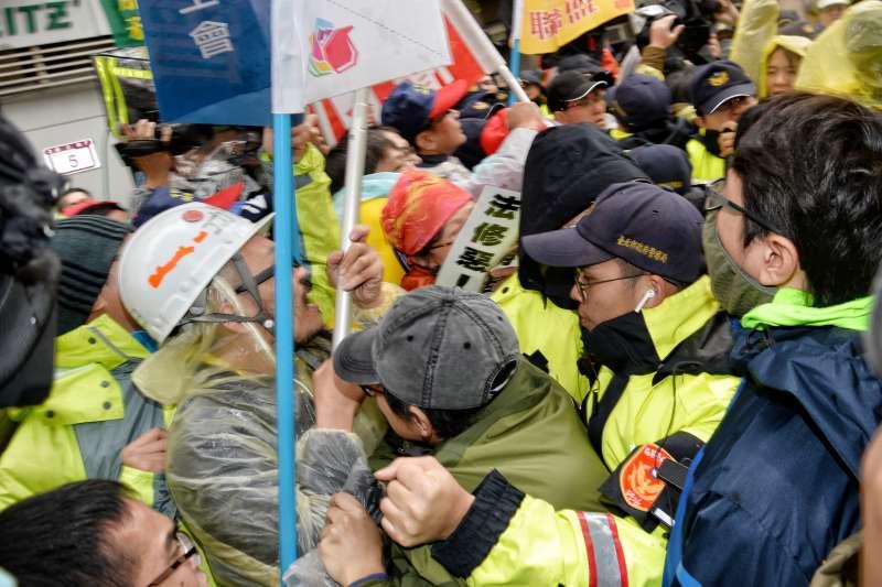 20180109-五一行動聯盟反對勞基法修惡,立院外持續抗爭,並與員警發生衝突。(甘岱民攝)