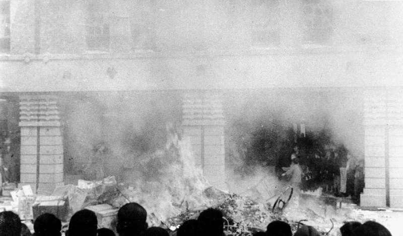 因緝菸血案造成一死一傷,憤怒的群眾包圍專賣局臺北分局並焚燒物件(2月28日上午10時)(維基百科)