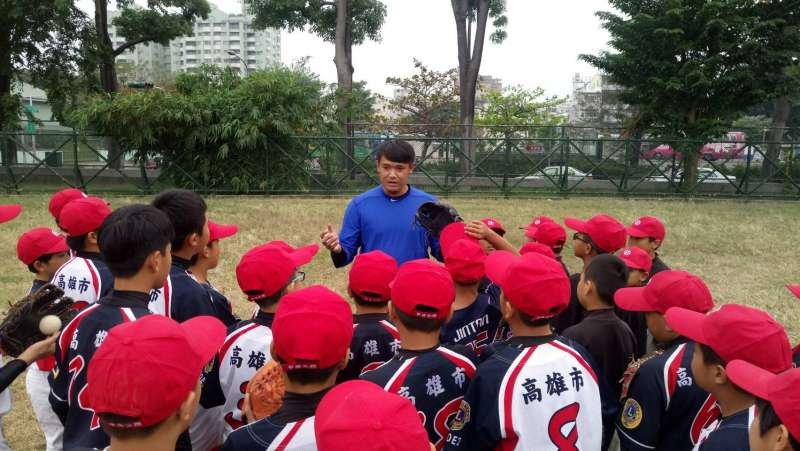 龍華國小少棒隊於12月8日(五)參加華南金控舉辦的圓夢棒球營,統一獅的郭阜林親自示範及指導,小球員們仔細聆聽。(圖/華南金控)