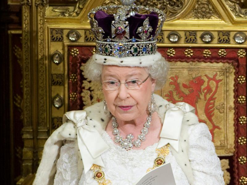 2008年,英國女王戴著王冠主持議會開議大典(AP)