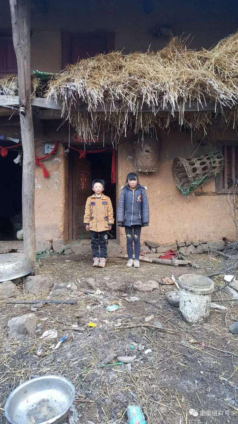 冰花男孩王福滿(右)與姐姐(左)由奶奶照顧,長期與父母分開。(取自網路)