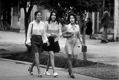 1972年喀布爾街頭身穿迷你裙的年輕姑娘。(圖/澎湃新聞提供)