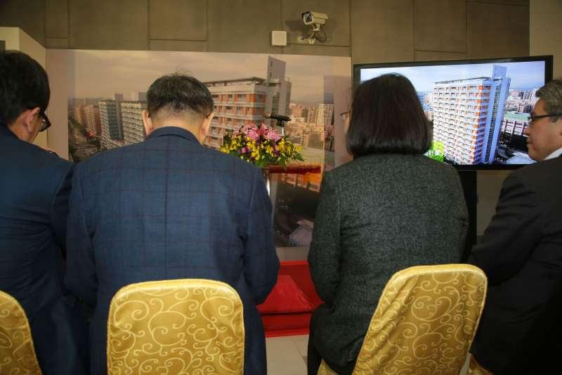 VR總統蔡英文26日前往台北市健康公宅視察,台北市長柯文哲親自迎接陪同。(顏麟宇攝).JPG