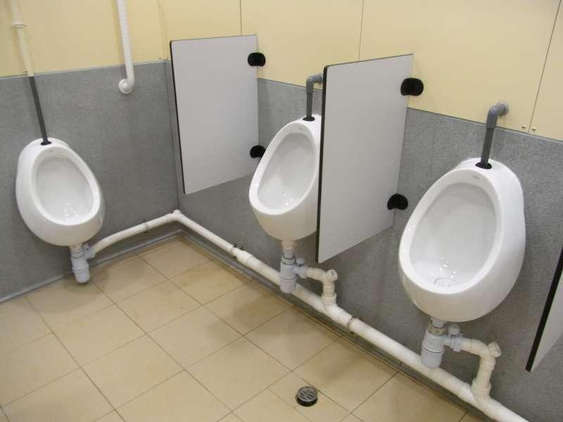 新加坡防酒駕,小便池感應器就會將其尿中酒精濃度自動傳送至客人身上停車卡的內建晶片。(取自維基百科,Pincetomseaview攝/CC BY 3.0)