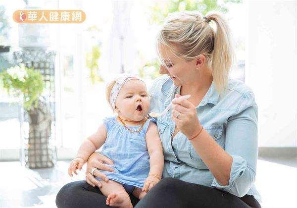 副食品的供應建議應由單一品項少量(一茶匙)給予開始,以方便觀察寶寶的過敏反應(如:腹瀉、嘔吐、出疹、皮膚潮紅等現象)、排便狀況,無任何不適再慢慢增加份量。(圖/華人健康網)