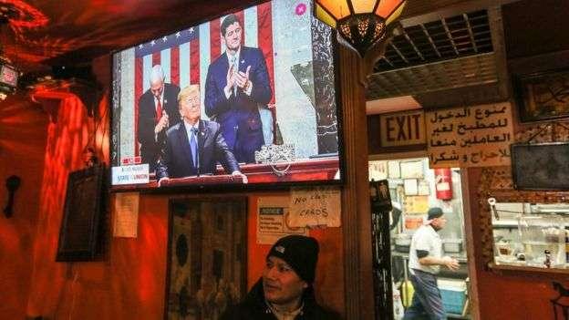 川普在國情咨文演說中,呼籲民主共和兩黨要合作,為美國選民服務。(BBC中文網)