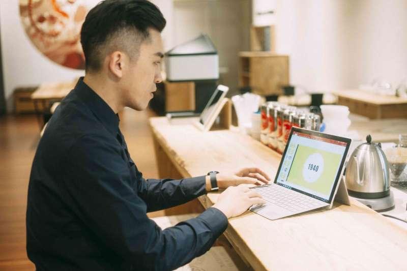 Office 365 提供全套安裝好的Office應用程式,並能在5台電腦、5台平板和5台智慧型手機上存取。