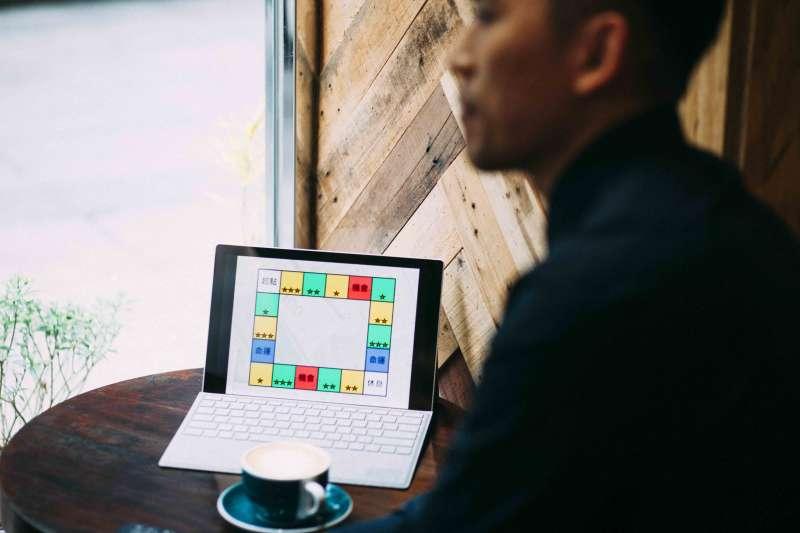 使用Power Point得動畫功能製作桌遊,讓鍾孟修能在最短時間內,用最簡單的方式把創意融入遊戲中,省下大量的作業時間。