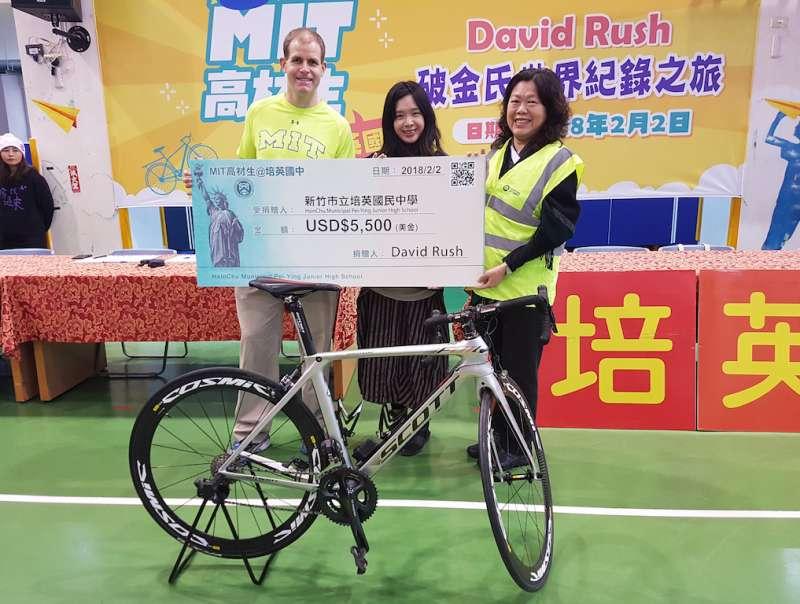 David Rush慷慨捐贈他高中時期獲得美光基金會獎學金5500美元,用來鼓勵培英國中持續推動STEM教育。(圖/方詠騰攝)