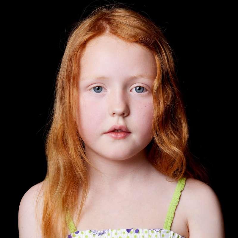 愛爾蘭攝影家艾伯許(Kevin Abosch)拍攝的愛爾蘭小女孩。(Kevin Abosch)