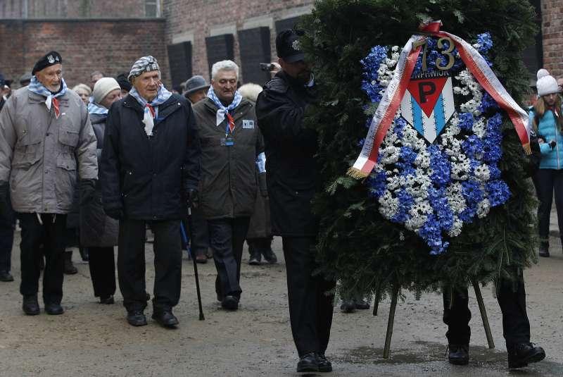 大屠殺倖存者和參觀者在奧斯威辛集中營哀悼、紀念在此喪生的人。(美聯社)