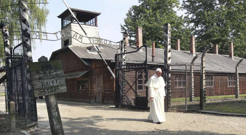 教宗方濟各前往奧斯威辛集中營緬懷大屠殺犧牲者。(美聯社)