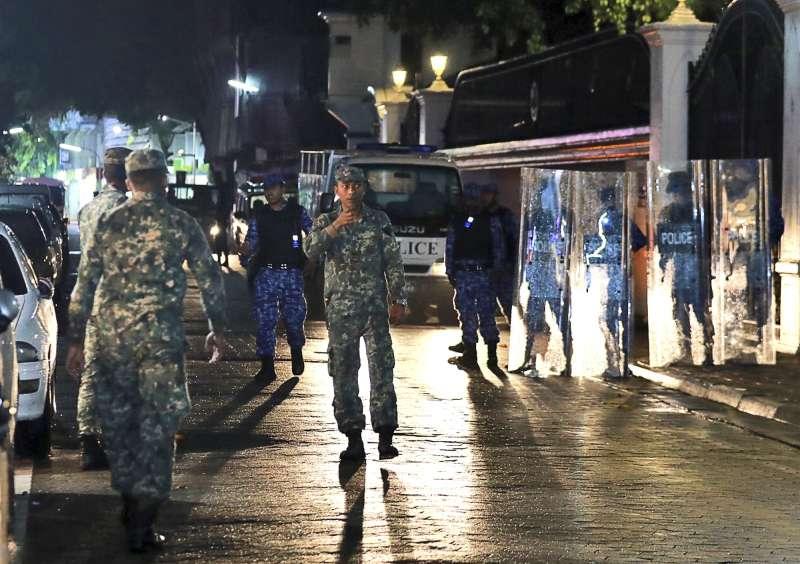 2月5日傍晚,馬爾地夫政府宣布全國進入緊急狀態15天,當晚軍人在首都馬利的大街上巡邏(AP)