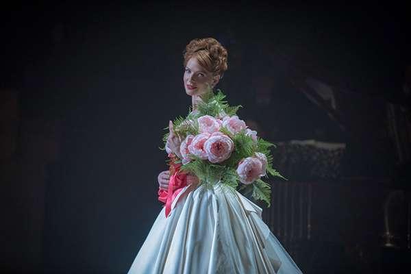 電影中麗蓓嘉·弗格森飾演「瑞典夜鶯」珍妮·林德。片中林德演唱的那首《Never Enough》,實際歌唱者為勞倫·奧爾萊德(Loren Allred)。(圖/澎湃新聞提供)