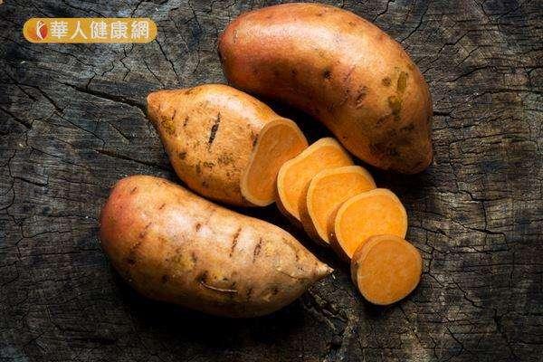 地瓜的熱量和含醣量高於馬鈴薯,但膳食纖維和其他營養素也勝於馬鈴薯,因此更適合做減重時的主食。(圖/華人健康網提供)
