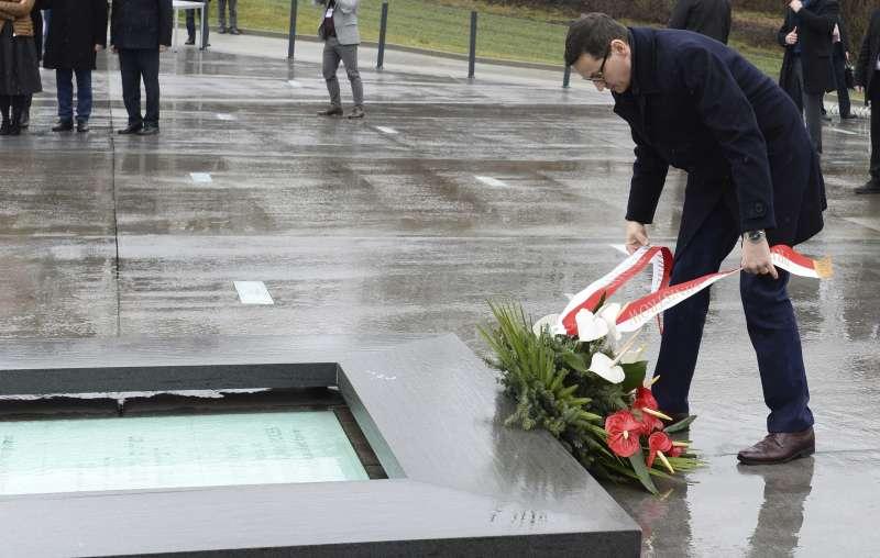 波蘭通過新法禁止將納粹德國所犯罪行歸咎於波蘭民族或國家。波蘭總理莫拉維茨奇日前在大屠殺受難者紀念碑獻花。(美聯社)