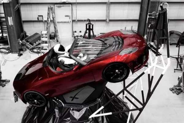 獵鷹重型火箭搭載了特斯拉的一款紅色跑車(圖/澎湃新聞提供)