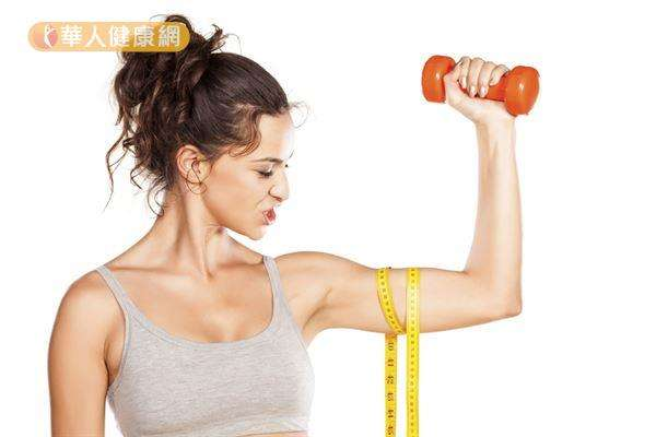 人體的基礎代謝率也與肌肉量有關,男性的基礎代謝率比女性高,就是因為男性擁有的肌肉組織比女性多。(圖/華人健康網)