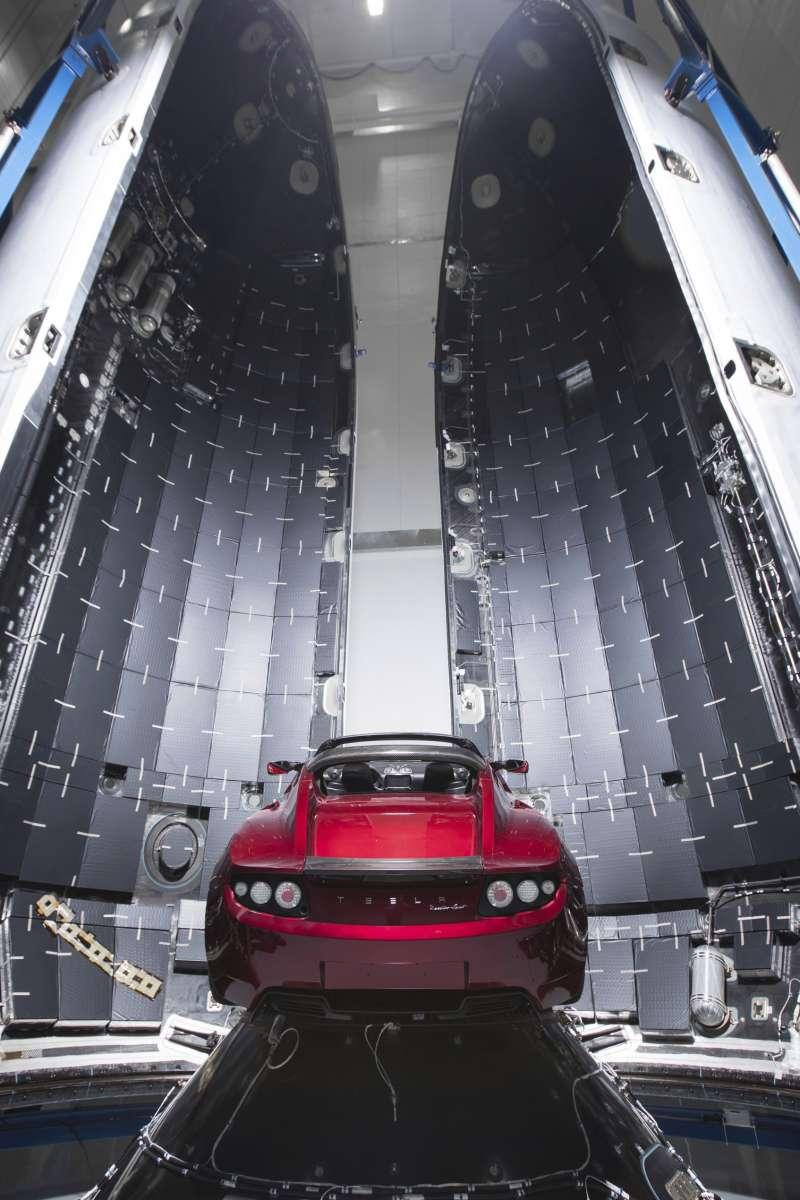 SpaceX日前發射烈鷹重型運載火箭,將旗下特斯拉的汽車送上太空。(美聯社)