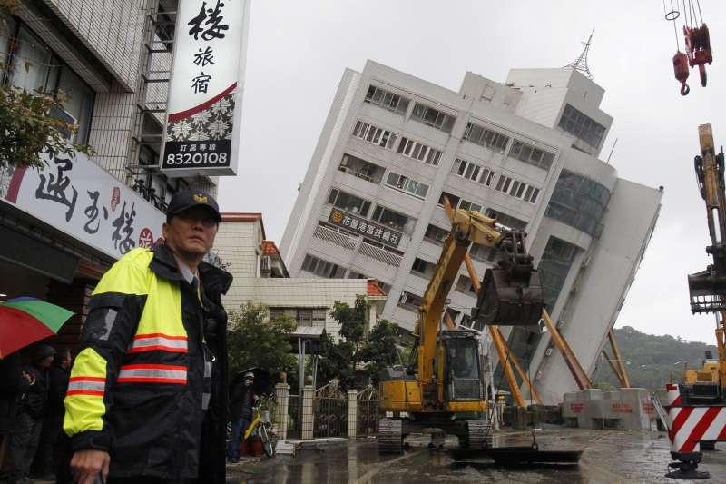 2018年2月6日發生的花蓮地震災情慘重,救難人員2月7日全力搶救(AP)