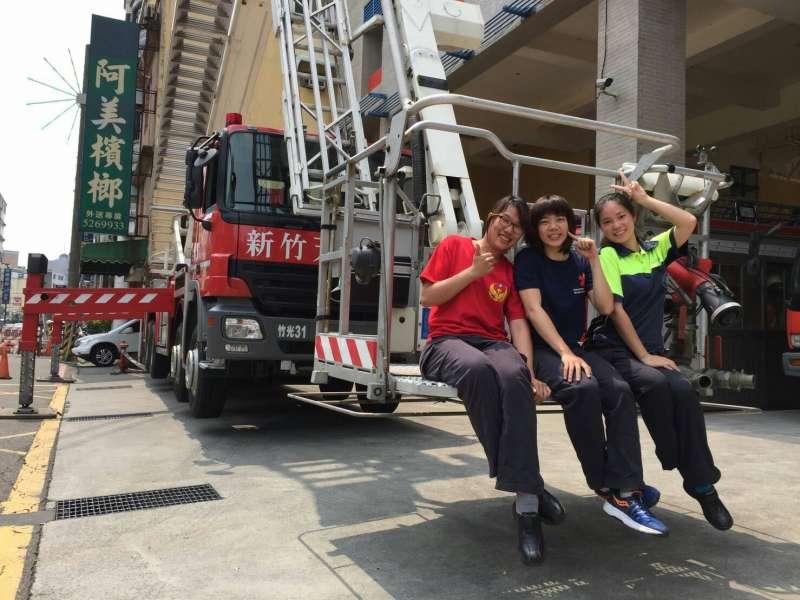 20180209-新竹市消防局竹光分隊隊員李曉芳(左一)。(新竹市消防局提供)