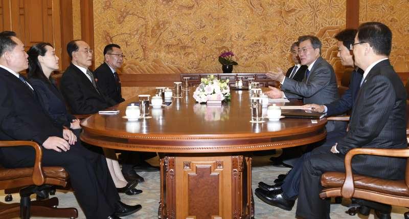 南韓總統文在寅(右3)10日上午在青瓦台接見北韓領導人金正恩的胞妹金與正(左2)、北韓最高人民會議常任委員會委員長金永南(左3)(AP)