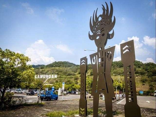 位於布農族遺址的南投服務區,山坡上矗立了宏偉壯闊的「LAMUNGAN」天招,是國道上著名的地標。(圖/南投服務區)