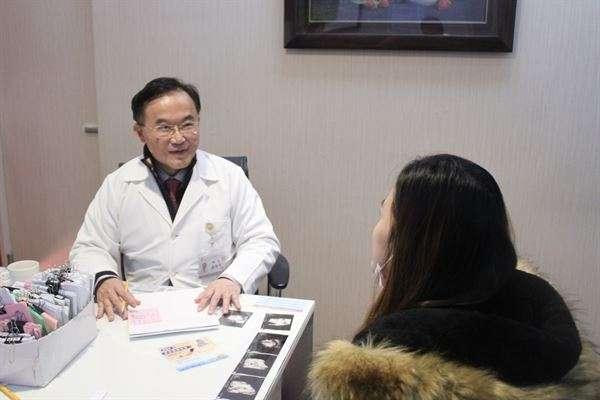 潘俊亨醫師表示,男性進手術房陪產時站在正確的位置,並配合醫師或專業護理人員的指令動作,才能避免增加不必要的醫療風險。(圖/華人健康網)