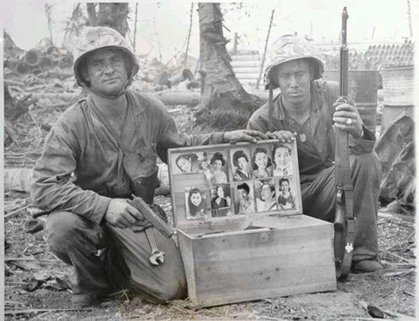 馬歇爾群島上被繳獲的日本行李箱,貼滿了美女照片。(圖/澎湃新聞提供).