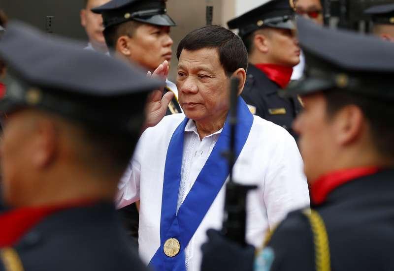 菲律賓總統杜特蒂竟叫士兵「涉及女性叛亂份子的陰道」引發批評。(美聯社)