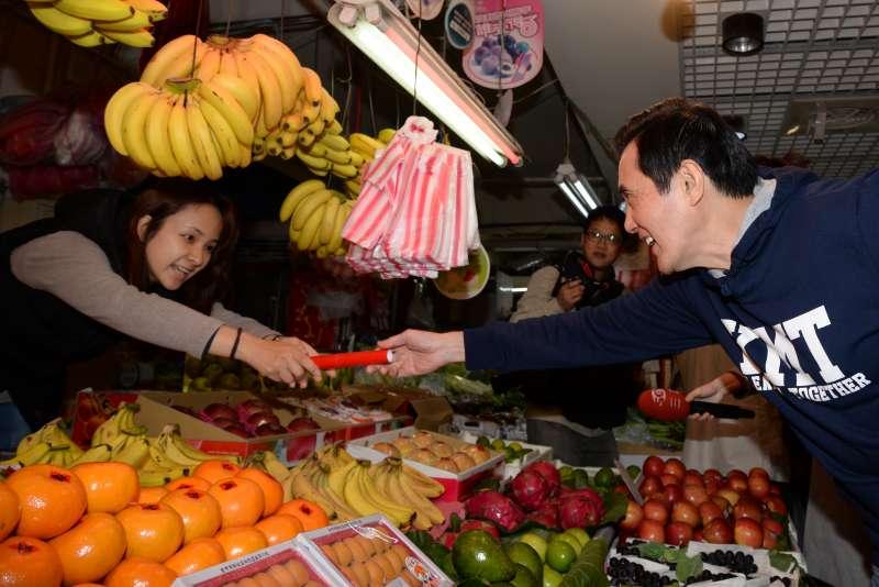 20180214-前總統馬英九至興隆市場買菜,向攤販發放春聯。(甘岱民攝)