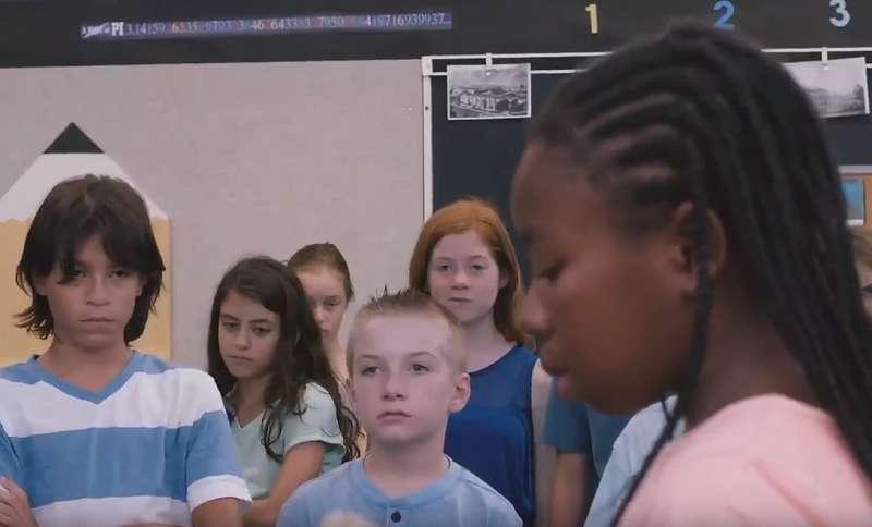 處在幾乎全是白人的班級,黑人女孩小艾受到的欺負超乎想像。(圖/公視提供)