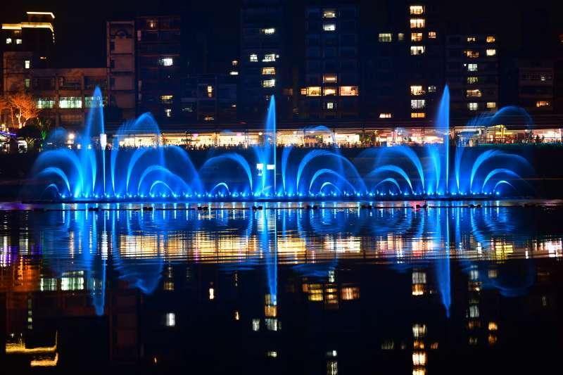 水舞秀中較為特殊的〈皇冠〉水型,將在今年碧潭水舞中展現其華麗璀璨的舞姿。(圖/新北觀旅局提供)
